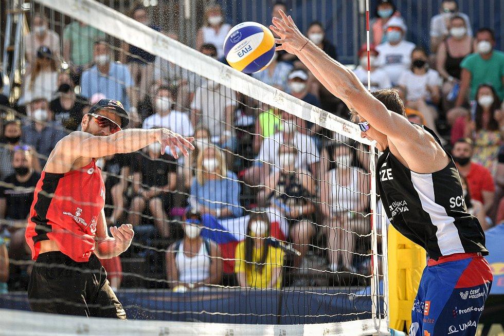 Turnaj Světového okruhu v plážovém volejbalu kategorie 4*, 6. června 2021 v Ostravě. Vítězná dvojice Robert Meeuwsen, Alexander Brouwer (vlevo) z Nizozemska proti Ondřej Perušič, David Schweiner (vpravo) z ČR.