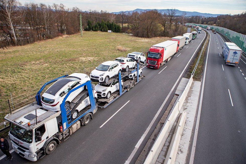 Kolona kamionů na hraničním přechodu mezi Českou republikou a Polskem v Českém Těšíně,16. března 2020. Ilustrační foto.