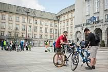 Stovka milovníků jízdy na kole se v sobotu před druhou hodinou odpoledne sjela na Prokešovo náměstí před Novou radnicí v Ostravě.