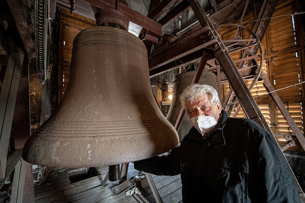 Katedrála Božského Spasitele, březen 2021 v Ostravě. . František Urban ukazuje jeden ze zvonů.