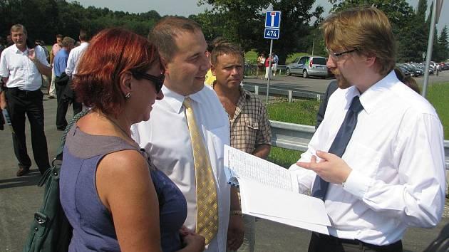 Ministr dopravy Pavel Dobeš přijel ve čtvrtek do Hrádku. Krátce po poledni stříhal pásku na vybudovaném tříkilometrovém průtahu obcí. Poté si převzal kopii petice, ve které místní lidé žádají odstranění hluku, který nová silnice přináší.