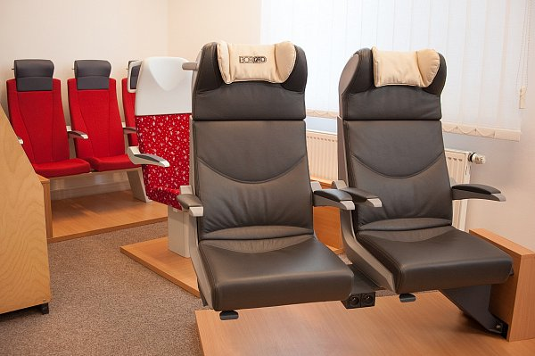 Pohodlná sedadla navržená akademickým sochařem Jiřím Španihelem vyrábí pro vlakové soupravy nového soukromého dopravce Leo Express společnost Borcad ve Fryčovicích.