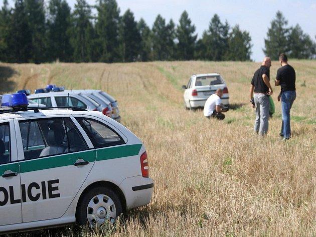 Okolí posedu mezi Dolní a Horní Lhotou prohledávaly čtyři desítky policistů.