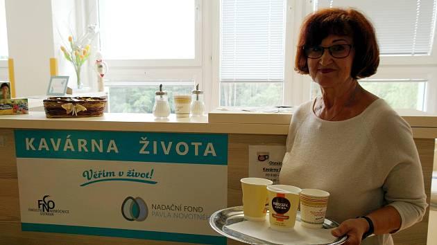 Čtyřicet káv v průměru denně přichystá během dvou hodin své dobrovolnické služby Jana Svobodová v Kavárně života na klinice hematoonkologie v porubské fakultní nemocnici.