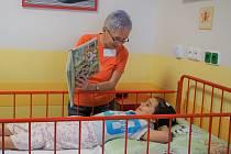 Tým třinácti seniorů dochází do Vítkovické nemocnice číst dětským pacientům knihy, či s nimi jinak trávit čas.