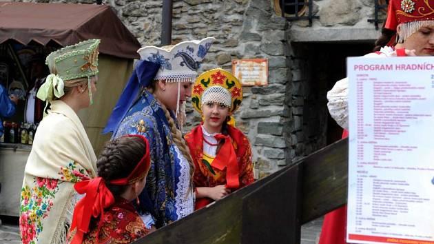Hradní slavnosti na Slezskoostravském hradě i přes chladné počasí o víkendu přilákalo zájemce o historii válčení. K vidění byly dobové uniformy, zbraně a vojenská technika používaná v první světové válce.