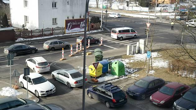 Pravá část ulice 17. listopadu v Porubě od křižovatky u Domova sester po křižovatku u Slovanu je uzavřená kvůli rekonstrukci, činí se zde stavaři.