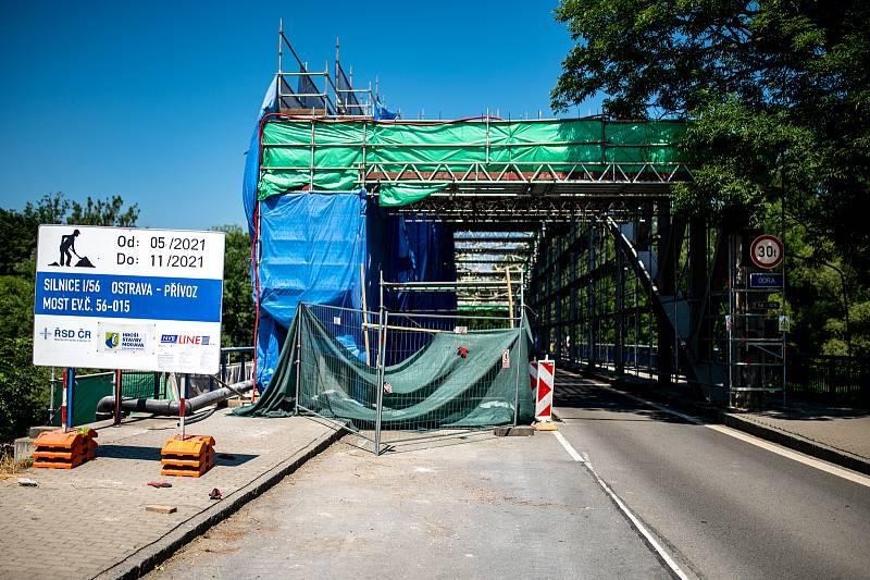 Oprava historického uzavřeného mostu přes řeku Odru u Outlet Arény Moravia, červen 2021.