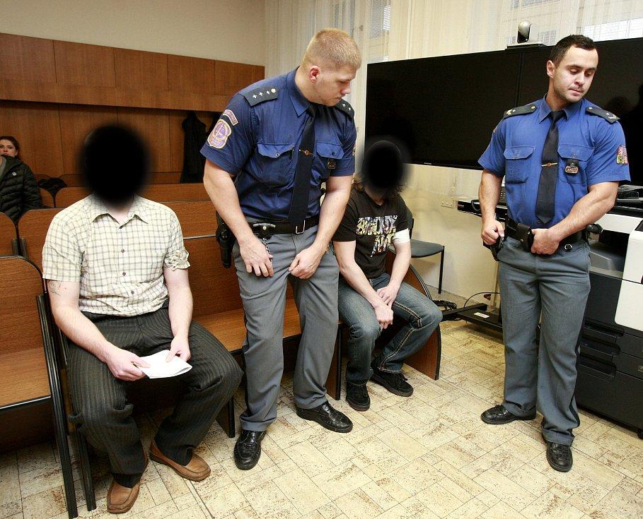 Policie jedenáct let po činu oznámila, že z vraždy obvinila dva muže. Soud je ale nakonec osvobodil. Důkazy nebyly jednoznačné.