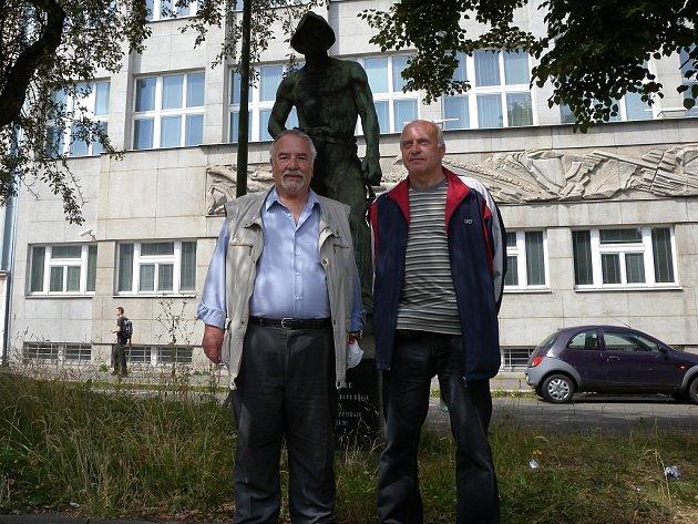 BÝVALÍ HORNÍCI Jan Hlavina (na snímku vlevo) a Milan Sýkora před budovou bývalého ředitelství OKD.