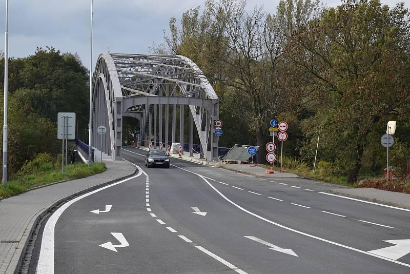 Opravený most před Odru mezi Ostravou a Hlučínskem opět v plném provozu, čtvrtek 14. října 2021 odpoledne.