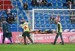 I. liga, 4. kolo, FC Baník - FK Teplice: 3 : 3, na snímku zraněný brankář Petr Vašek