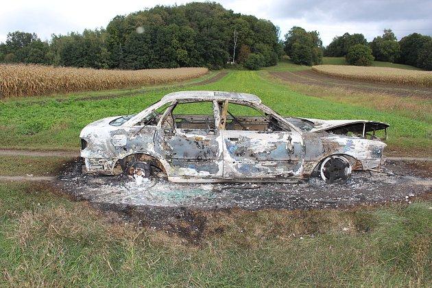 Ukradená auta, která skončila vplamenech.