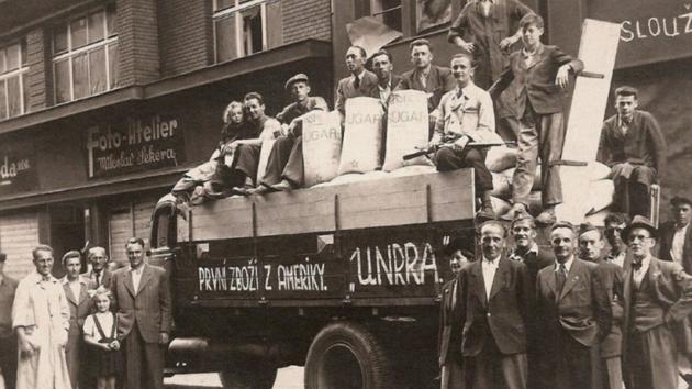 Jeden ze snímků, které lidé zaslali, zachycuje poválečnou potravinovou pomoc v Poštovní ulici.