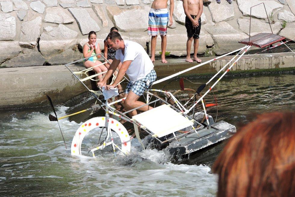 ROZMARNÉ SLAVNOSTI OSTRAVICE. Řeka se hemžila prapodivnými plavidly, na březích se hodovalo.