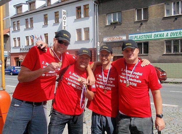 Zlaté medaile vybojovali ostravští beachbasketbalisté na 3. mezinárodním mistrovství ČR, které se konalo v Rakovníku. Tým Beachbojs 2 reprezentovali zleva Kresta, Straka, Pacut, Černík