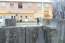 Zídka v Ostravě-Porubě, na které byl umístěný výbušný systém