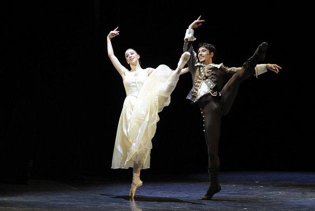 BURAK SERKAN CEBECI jako D'artagnan v baletu Tři mušketýři v Ostravě a na civilním snímku.