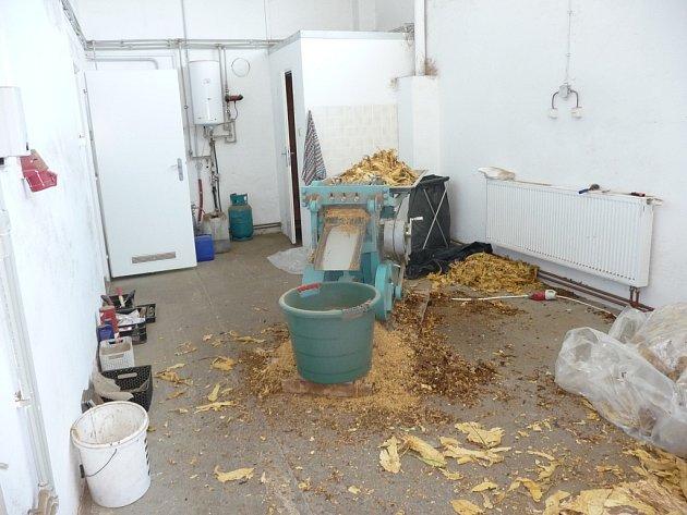 Celníci v průmyslovém objektu našli dílnu na zpracování tabákových listů.