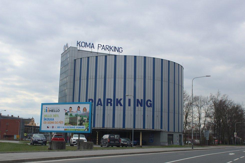 Parkovací dům u vlakového nádraží ve Svinově.