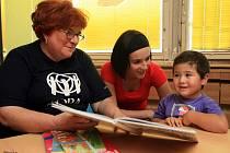 """Dobrovolnice Magda Blokšová chodí za malými pacienty do nemocnice. """"Mám radost, když se děti aspoň chvíli smějí,"""" říká."""