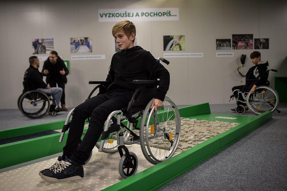 Vyzkoušet si život s protézou ruky či nohy nebo jízdu po dlažebních kostkách na trenažéru invalidního vozíku to vše umožňuje výstava Tělo a technika - jak technika pomáhá handicapovaným, která začala 12. prosince 2018 ve Světě techniky v ostravských Dolní