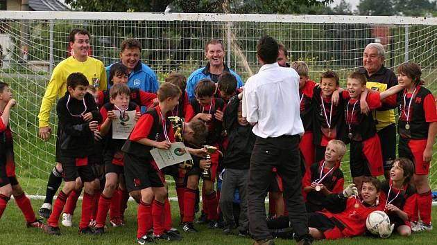 Mladí fotbalisté Palkovic se radují z vítězství ve 20. ročníku Brušperské ligy.