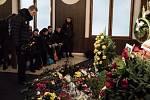 Lidé v Ostravě se v pondělí ve smuteční obřadní síni ve Vítkovicích rozloučili s bývalým reprezentantem, uznávaným fotbalovým brankářem Pavlem Srničkem.