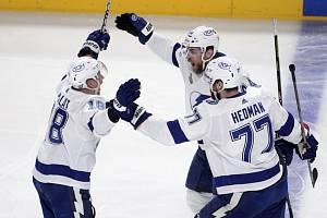 Hokejový útočník Tampy Bay Ondřej Palát (vlevo) získal s týmem podruhé za sebou Stanley Cup.