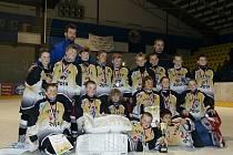 Mladí moravskoslezští a zlínští hokejisté to dotáhli pod vedením trenérského dua Luděk Krayzel (nahoře vlevo) a Rudolf Wolf na turnaji Easter Cup 2014 až do finále.