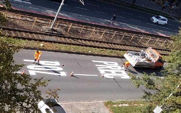 Pracovníci Ostravských komunikací nastříkali vobou jízdních pruzích vOpavské ulici uporubské vozovny nepřehlédnutelný nápis POZOR PŘECHOD.