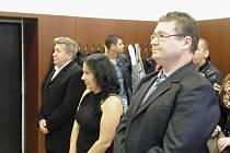 Rozsudek si přišli vyslechnout tři z pěti obžalovaných. Zleva Ivo Fojtík, který byl za nedovolené ozbrojování odsouzen k podmíněnému devítiměsíčnímu trestu, Alena Májíčkova, které soud za kuplířství vyměřil podmíněný dvouletý trest a Tomáš Janošec.