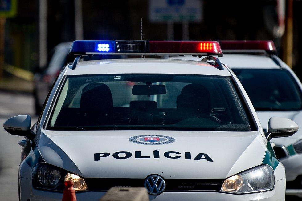 Mimořádná opatření 13. března 2020 na hraničním přechodu Mosty u Jablunkova-Svrčinovec kde slovenští policisté kontrolují dodržování rozhodnutí nařízení Slovenské vlády o uzavření hranic. Na Slovensko budou vpuštěni pouze lidé kteří mají trvalý nebo přech