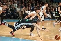 VYUČOVALI. Basketbalisté mistrovského Nymburka (v černém) v sobotu v Ostravě nastříleli rekordních 130 bodů. Nová huť v Tatranu takový debakl nepamatuje.