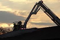 Zásah hasičů u požáru střechy firemního objektu Ostravě-Hrabové.