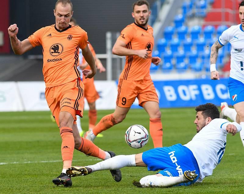 Fotbalisté Baníku Ostrava (v modro-bílém) v duelu 28. kola FORTUNA:LIGY s Mladou Boleslaví (2:1). Stoper Patrizio Stronati.