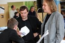 Mark Landry, Jaromír Nohavica a Jan Cron (obrácen zády s kytarou) na křtu zpěvníku Songbook 2.