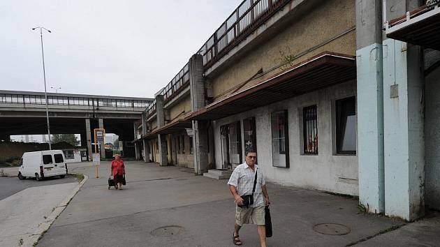 Svinovské plato už léta hyzdí přístup k nejfrekventovanějšímu nádraží v Moravskoslezském kraji.