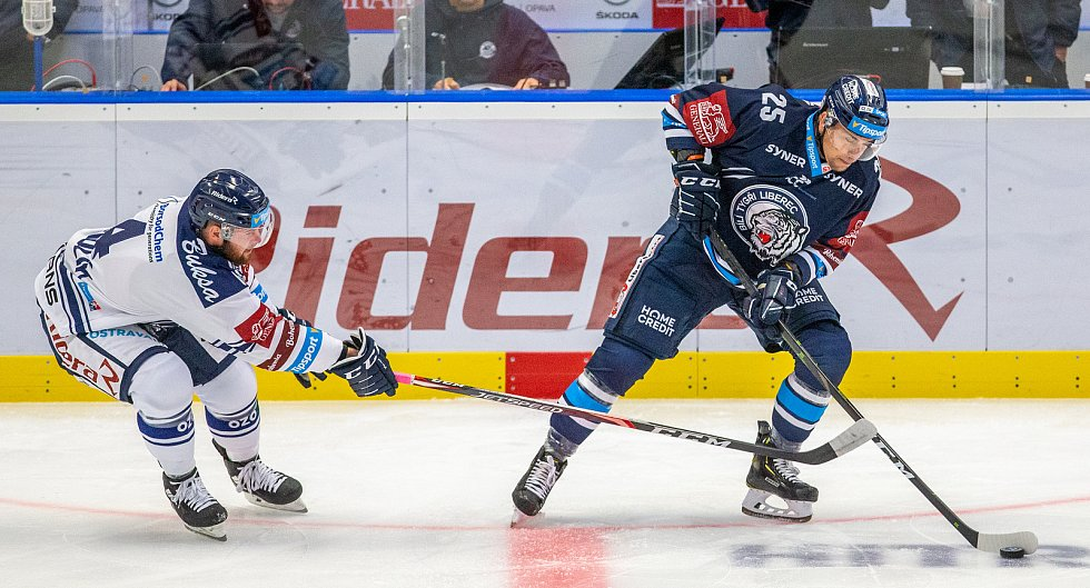 Utkání 3. kola hokejové extraligy: HC Vítkovice Ridera - Bílí Tygři Liberec, 20. září 2019 v Ostravě. Zleva Petr Šidlík z Vítkovic a Radan Lenc z Liberce.