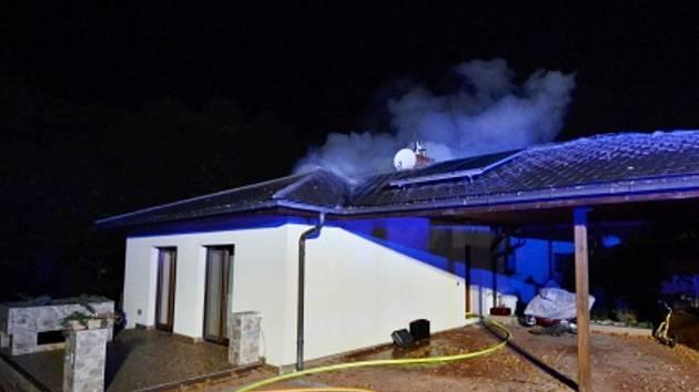 Požár střechy domu v Proskovicích.