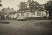 Prodejna Budoucnost postavená v roce 1968. Za budovou obecního úřadu stojí dodnes, vypadá stále stejně a stále patří podniku Budoucnost.