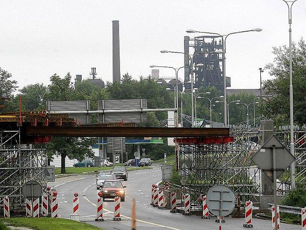 Nová lávka pro pěší, která spojí ústřední autobusové nádraží a vlakové nádraží Ostrava-střed s obchodně zábavním centrem na Karolině, už získává konkrétnější obrysy.