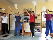 Redakční video. Téměř nezaměstnatelní klienti Centra pro osoby se zdravotním postižením Čtyřlístek nacvičují stínohru na známý videoklip skupiny Buty.