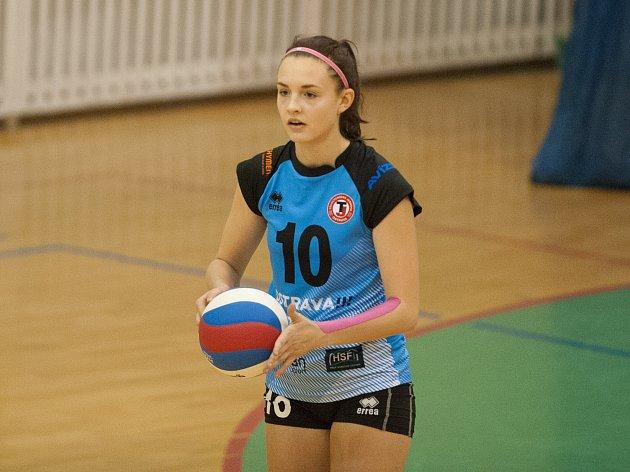 DRES S ČÍSLEM 10 v extraligovém celku volejbalistek TJ Ostrava od této sezony obléká osmnáctiletá smečařka Klára Faltínová.