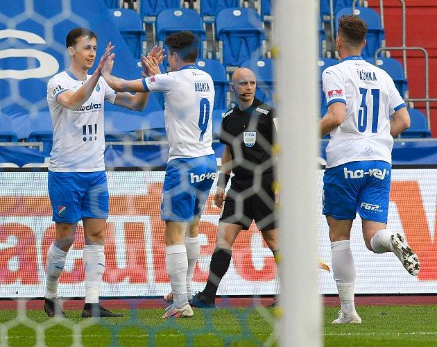 PLNÝ POČET BODŮ získali fotbalisté Baníku Ostrava ve všech domácích zápasech pod trenérem Ondřejem Smetanou. Slezané postupně porazili Příbram, Opavu a vúterý také Mladou Boleslav. V75. minutě rozhodl Daniel Tetour (na snímku vlevo).