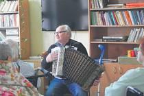 Harmonikáře Oldřicha a jeho písničky si pacienti LDN ve Vítkově ihned oblíbili.