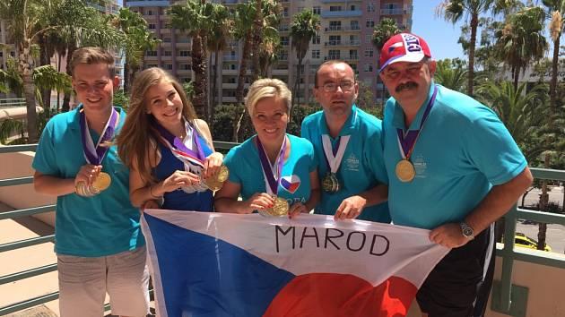 Skupina Marod s medailemi před hotelem, kde byli její členové ubytováni.