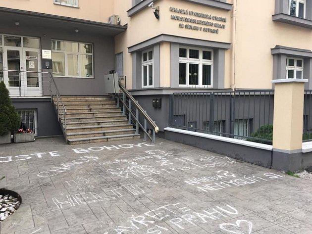 Nápisy před budovou KHS Ostrava smazal déšť.