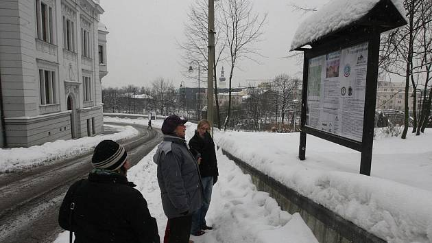 První z 12 naučných panelů nové slezskoostravské stezky už stojí u tamní radnice.