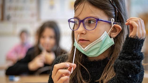 Ilustrační foto. Takto vypadal první den antigenního testování žáků na ZŠ Sekaniny v Ostravě, 12. dubna 2021.